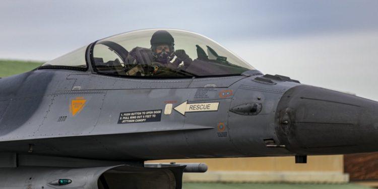 Αμερικανικά και ελληνικά πολεμικά αεροσκάφη πέταξαν πάνω από τα Σκόπια και χαιρέτισαν την ένταξη της χώρας στο ΝΑΤΟ