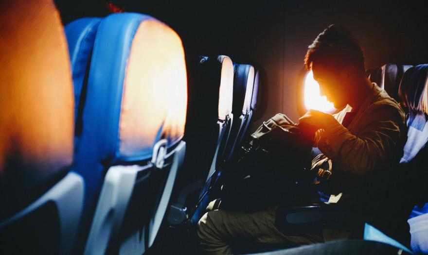 Reuters: Γιατί εντός των αεροπλάνων είναι πιο δύσκολη η επιβολή των μέτρων