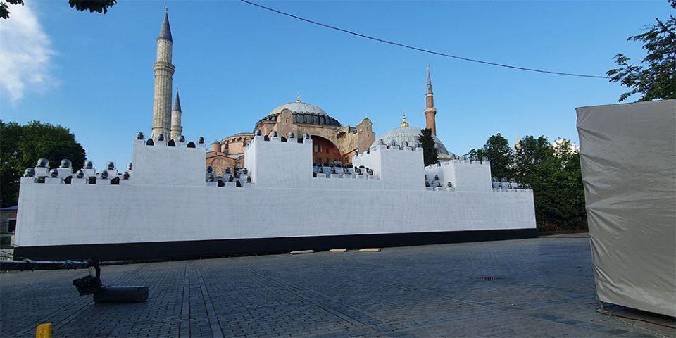 Τουρκία: Έστησαν ομοίωμα τείχους μπροστά στην Αγία Σοφία για να κάνουν… φιέστα για την Άλωση!