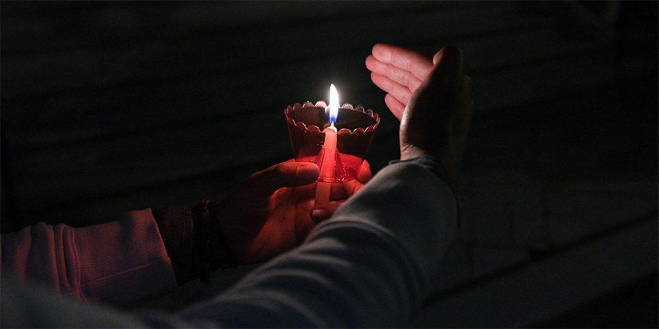 Ανάσταση θα κάνουν απόψε οι πιστοί – Το Αγιο Φως θα διανεμηθεί σε εκκλησίες και Μονές