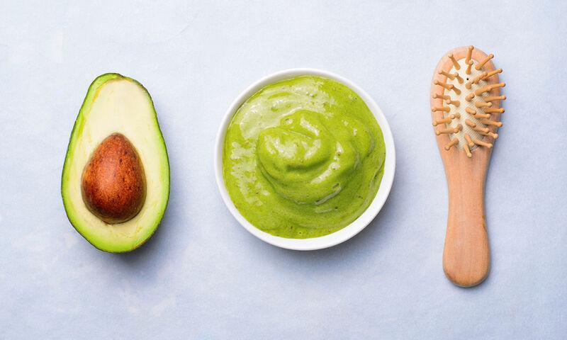 Φτιάξτε μάσκες μαλλιών για ενδυνάμωση και όγκο με υλικά που έχετε στην κουζίνα (βίντεο)
