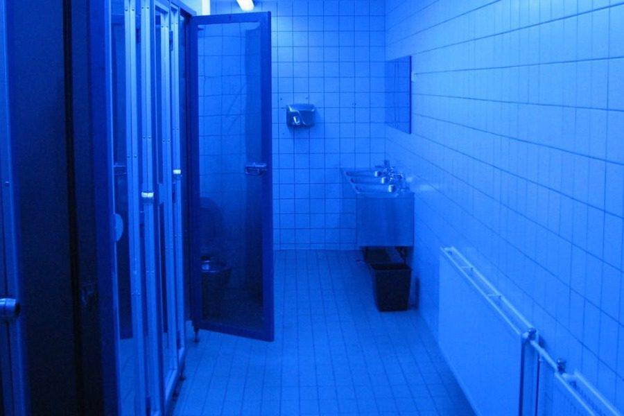 Γιατί στην Ελβετία οι δημόσιες τουαλέτες έχουν μπλε φωτισμό;