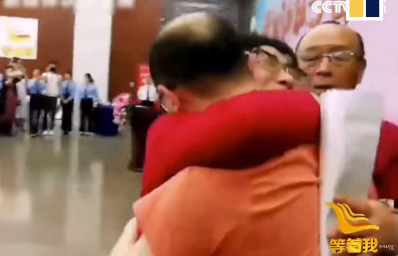 Ράγισαν καρδιές στο αεροδρόμιο! Βρήκαν τον αγνοούμενο γιο τους 32 χρόνια μετά την απαγωγή (video)