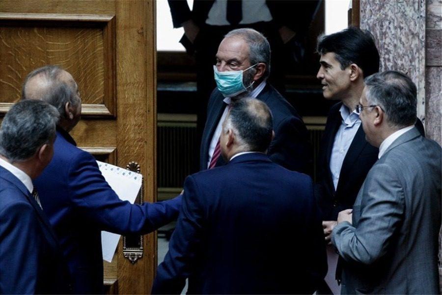 Αγνώριστος ο Κώστας Καραμανλής στη Βουλή