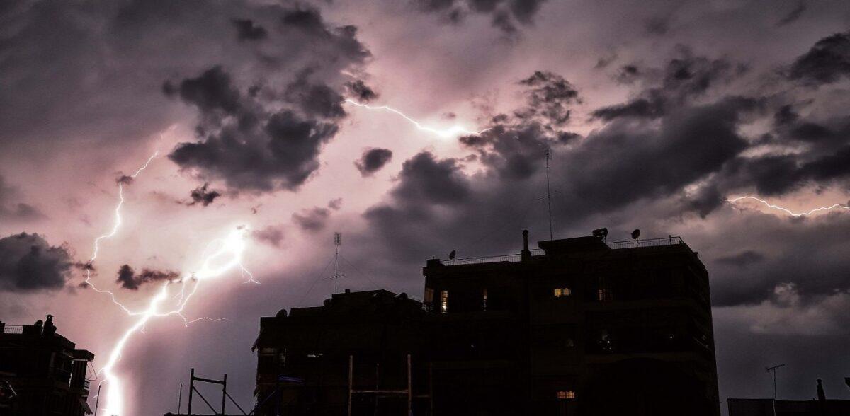Καιρός: Καταρρακτώδης βροχή και κεραυνοί – Μαύρισε ο ουρανός στην Αττική