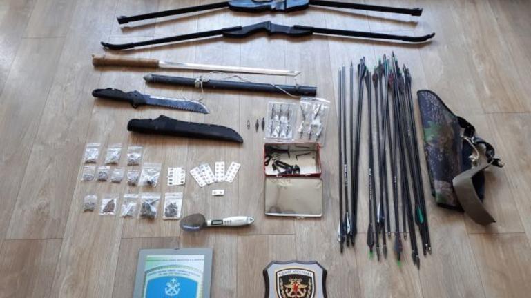 Συνελήφθη με τόξα, βέλη και ναρκωτικά