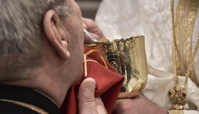 """Εκκλησία της Κρήτης: """"Αδιαπράγματευτη η Θεία Κοινωνία και δε αποτελεί αιτία ασθένειας"""""""