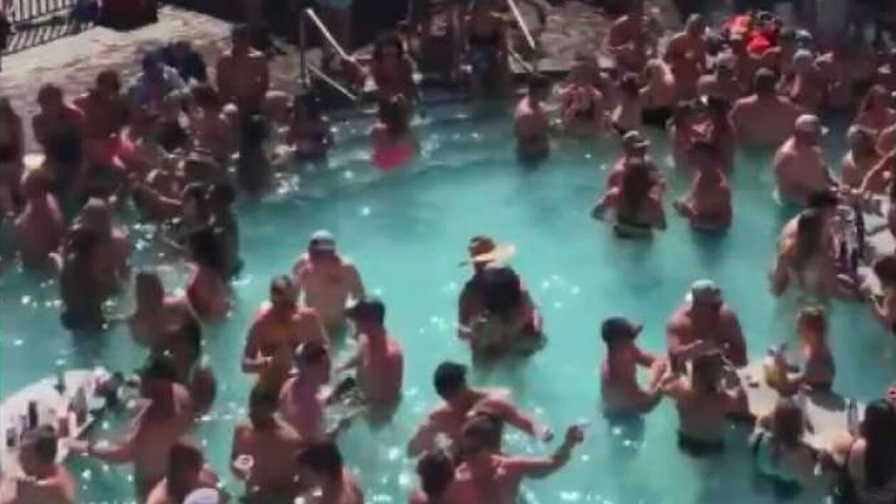 Μαγιό, κοκτέιλ και καμία απόσταση: Εκατοντάδες άτομα σε πάρτι σε πισίνα στις ΗΠΑ