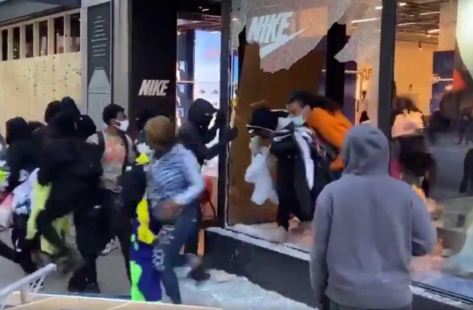 ΗΠΑ: Διαδηλωτές για τη δολοφονία Φλόιντ λεηλατούν μέσα σε δευτερόλεπτα κατάστημα της NIKE (video)