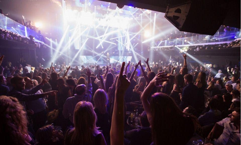 Προβληματισμός ειδικών για πάρτι χωρίς μέτρα προστασίας και «εισαγόμενα» κρούσματα