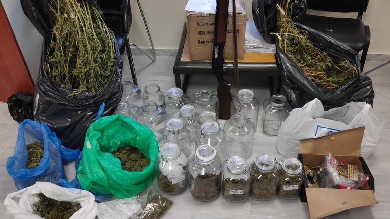 Συνελήφθη 35χρονος ημεδαπός για παράβαση του Νομοθεσίας περί ναρκωτικών, περί όπλων και για κλοπή αυτοκινήτου