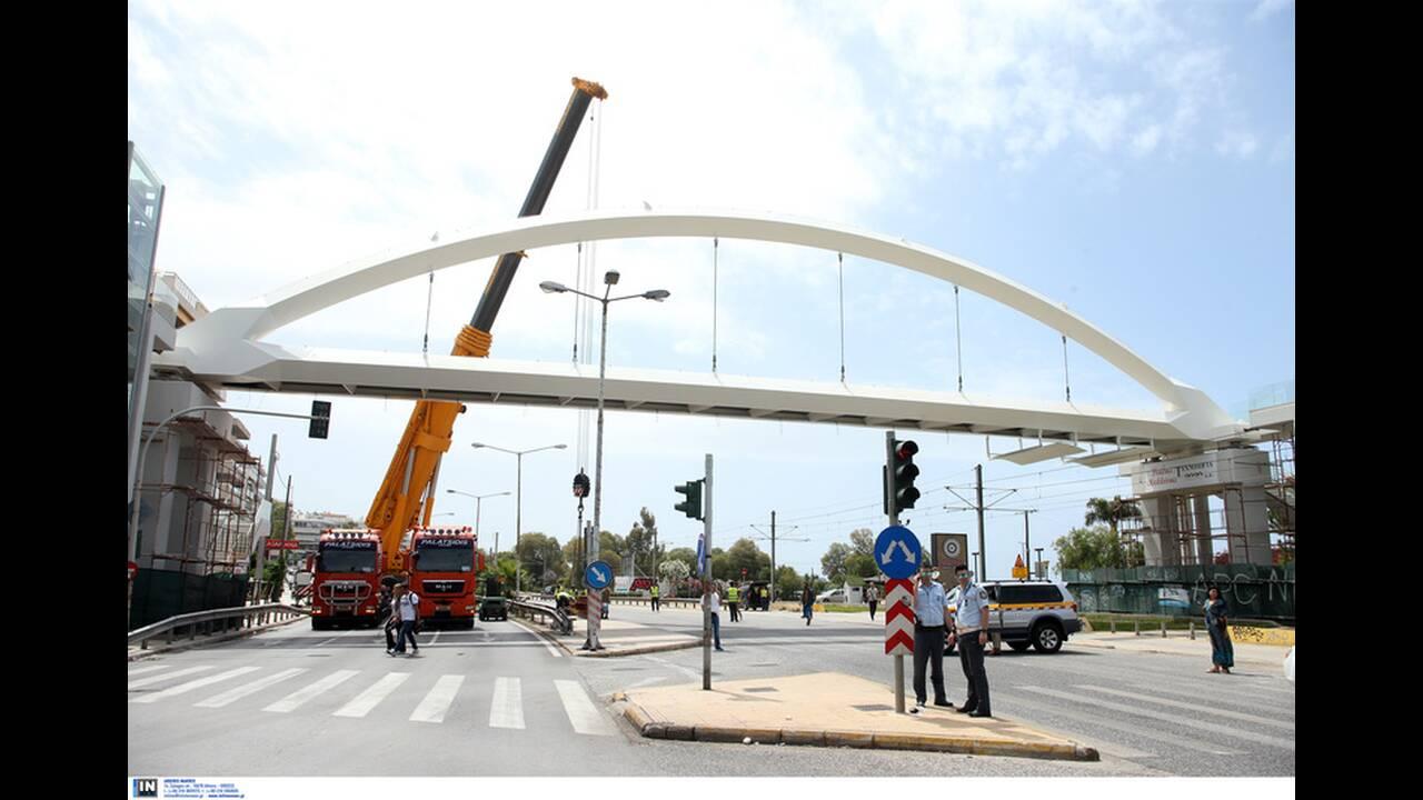 Τοποθετήθηκε η νέα πεζογέφυρα στην Ποσειδώνος – Κανονικά η κυκλοφορία των οχημάτων