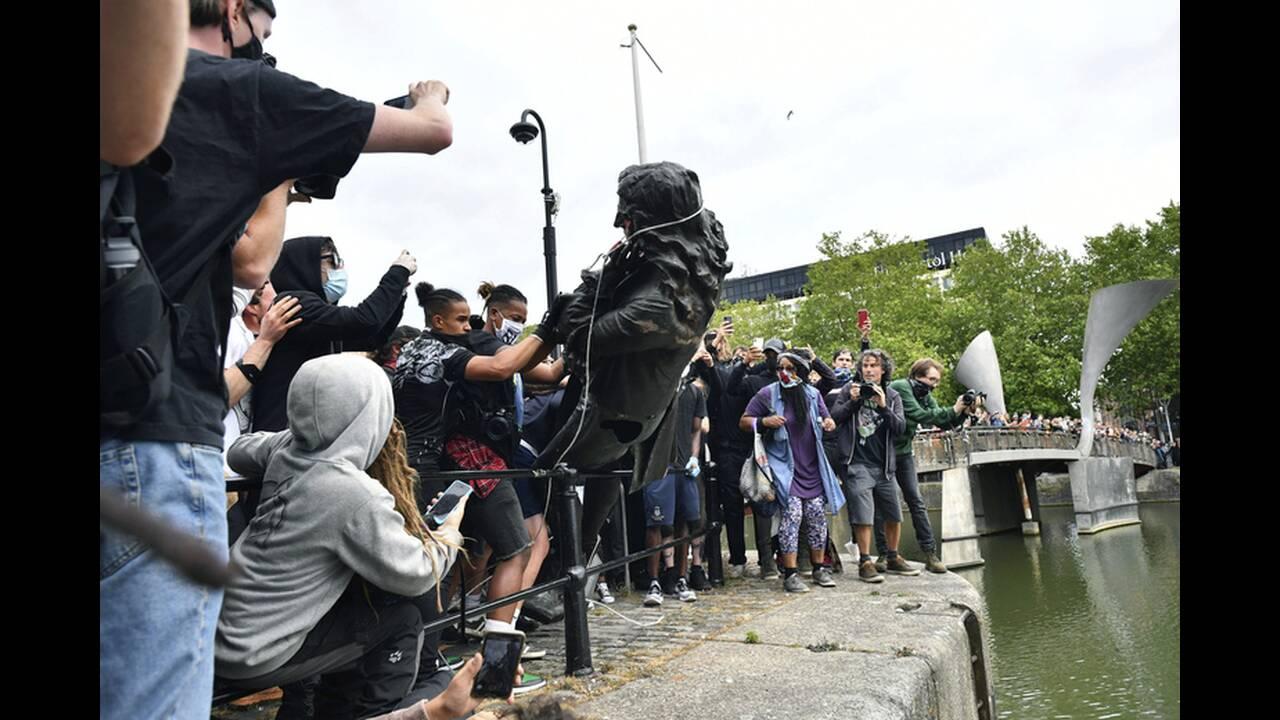 Βρετανία: Γκρέμισαν άγαλμα γνωστού δουλεμπόρου του 17ου αιώνα