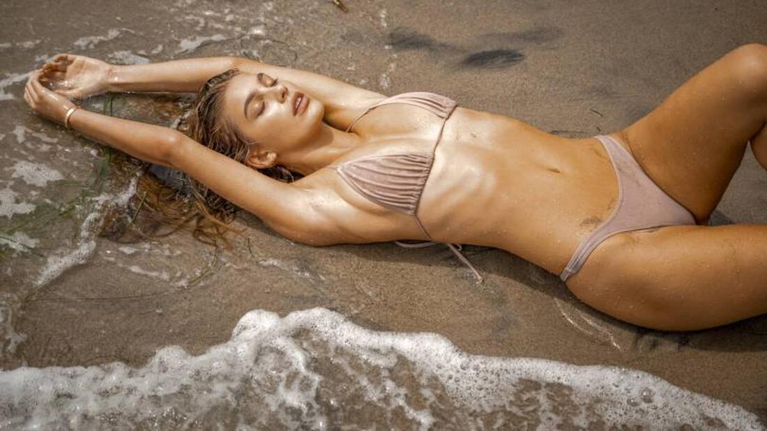 Η Camilla Morrone κάνει ποδαρικό για εξόρμηση στις παραλίες