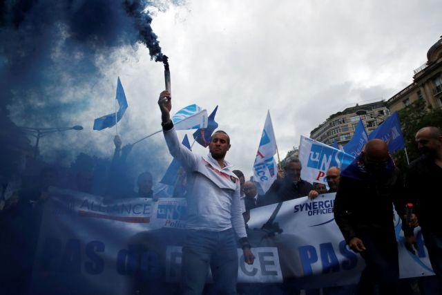 Στους δρόμους του Παρισιού κατέβηκαν αστυνομικοί επειδή απαγορεύτηκε η λαβή στο λαιμό!