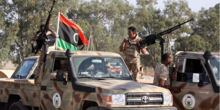 Το μπαράζ επαφών της Αθήνας σε Παρίσι, Τελ Αβίβ και Κάιρο εν όψει του κρίσιμου επερχόμενου τριμήνου, η αιφνιδιαστική επίσκεψη των Τούρκων στη Λιβύη με παράλληλη προσπάθεια εμπλοκής του αμερικανικού παράγοντα, το δριμύ κατηγορώ σε πέντε άξονες της Γαλλίας εναντίον της Άγκυρας και η αποφασιστικότητα της Αιγύπτου Οι εξελίξεις καλπάζουν στην ευρύτερη ελληνική γειτονιά (για να… προλάβουν τους ανταγωνισμούς που οξύνονται), με τους γείτονες να βγαίνουν από την καραντίνα του κορονοϊού πραγματοποιώντας τις πρώτες -έπειτα από μήνες- διά ζώσης επαφές κορυφής εκτός των συνόρων, σε μια προσπάθεια προφανώς να ενισχύσουν τις διαπραγματευτικές τους γραμμές εν όψει και του κρίσιμου επερχόμενου τριμήνου, που αναμένεται, αν μη τι άλλο, «πλούσιο» σε εξελίξεις, αν όχι επεισοδιακό.  Η εβδομάδα έκλεισε με την ελληνική πλευρά να έχει πραγματοποιήσει ένα μπαράζ από επαφές κορυφής σε Γαλλία (ο υπουργός Εξωτερικών Νίκος Δένδιας στις 15 Ιουνίου), Ισραήλ (ο πρωθυπουργός Κυριάκος Μητσοτάκης, συνοδευόμενος από πλήθος υπουργών, το διήμερο 16-17 Ιουνίου) και Αίγυπτο (ο Ν. Δένδιας, συνοδευόμενος από τεχνικές ομάδες εμπειρογνωμόνων του υπουργείου Εξωτερικών, στις 18 Ιουνίου).  Μαγειρεύεται επίσκεψη Ερντογάν στη Λιβύη    Αλλά και από την πλευρά της Τουρκίας υπήρξε κινητικότητα, με τους υπουργούς Εξωτερικών, Μεβλούτ Τσαβούσογλου, και Οικονομικών, Μπεράτ Αλμπαϊράκ, να πραγματοποιούν αιφνιδιαστική επίσκεψη στην Τρίπολη της Λιβύης στις 17 Ιουνίου, συνοδευόμενοι από τον επικεφαλής των τουρκικών μυστικών υπηρεσιών MΙT, Χακάν Φιντάν. Δύο ημέρες αργότερα, στις 19 Ιουνίου, η τουρκική πλευρά θα υποδεχόταν στην Αγκυρα και τον υπουργό Εξωτερικών της Ιταλίας, Λουίτζι ντι Μάιο. Υπενθυμίζεται ότι ακριβώς δέκα ημέρες νωρίτερα, στις 9 Ιουνίου, ο Λουίτζι ντι Μάιο είχε βρεθεί και στην Αθήνα για την υπογραφή της συμφωνίας οριοθέτησης Αποκλειστικής Οικονομικής Ζώνης (ΑΟΖ) μεταξύ Ελλάδας και Ιταλίας.  Και εάν για τους κ. Δένδια και Μητσοτάκη οι πρώτες κινήσεις εξόδου από την καραντίνα ήταν σε Γαλλία και Ισραήλ αντίστοιχα, 
