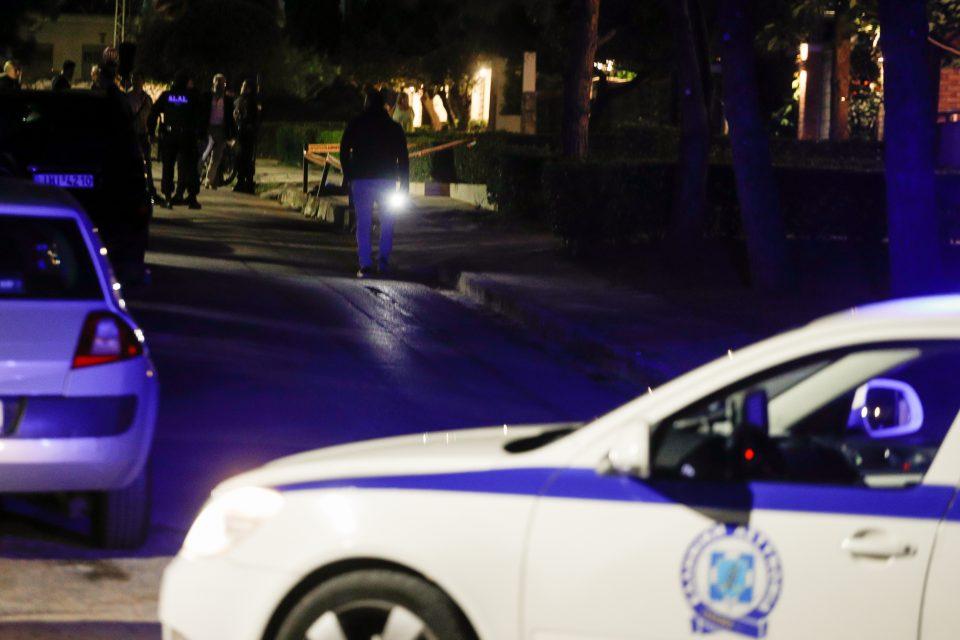Μαφιόζικη εκτέλεση στη Βούλα: Ταυτοποιήθηκε το θύμα – Πού οδηγούνται οι έρευνες