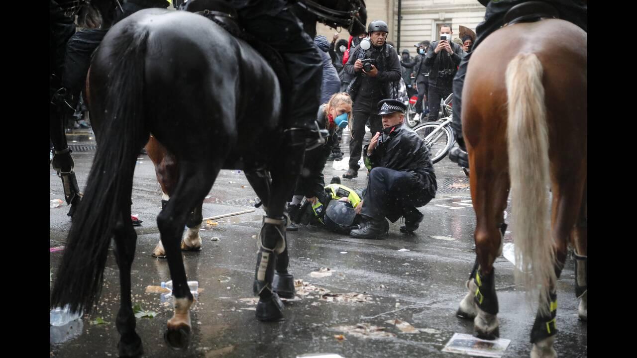 Λονδίνο: Άλογο της αστυνομίας σπέρνει τον πανικό σε διαδήλωση για τον Τζορτζ Φλόιντ