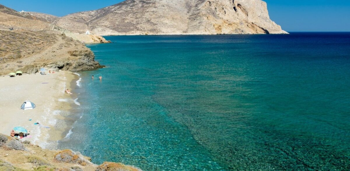 Στη σκιά της Σαντορίνης: Το «άγνωστο» νησί με τα σμαραγδί νερά που φέτος πρέπει να ανακαλύψεις