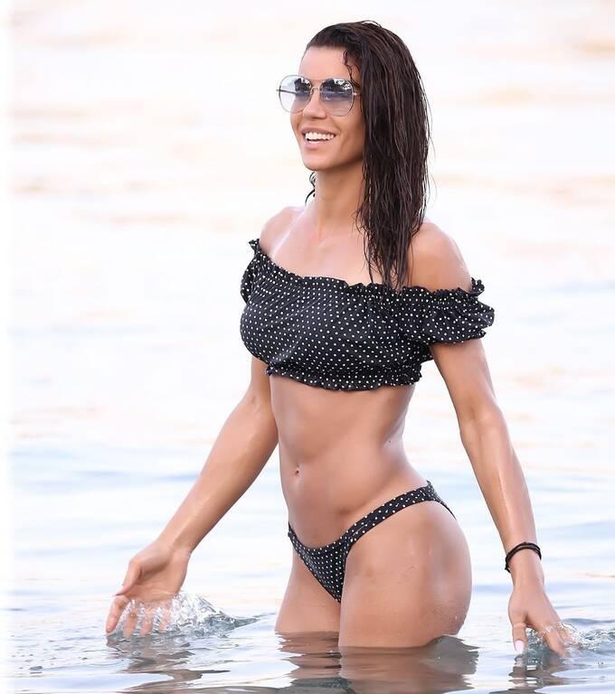 Βουτάει στα νερά και «κολάζει» με το κορμί της η τραγουδίστρια! (Photos)