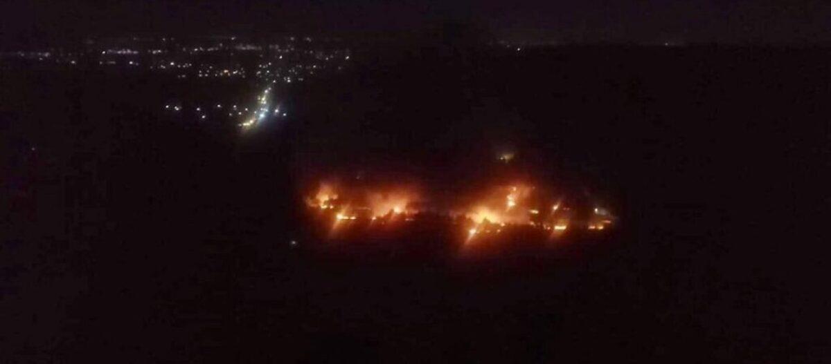 Συρία: Κόλαση στην Χάμα – Τουλάχιστον εννέα νεκροί – Το Ισραήλ χτύπησε βάση των Ιρανών Αλ Κουντς (βίντεο)