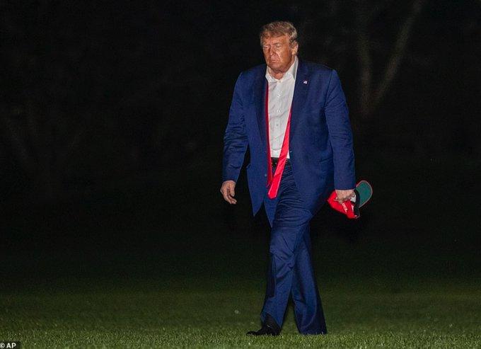 Σάλος στις ΗΠΑ για το «περπάτημα της ντροπής» του Τραμπ μετά το φιάσκο στην Τούλσα