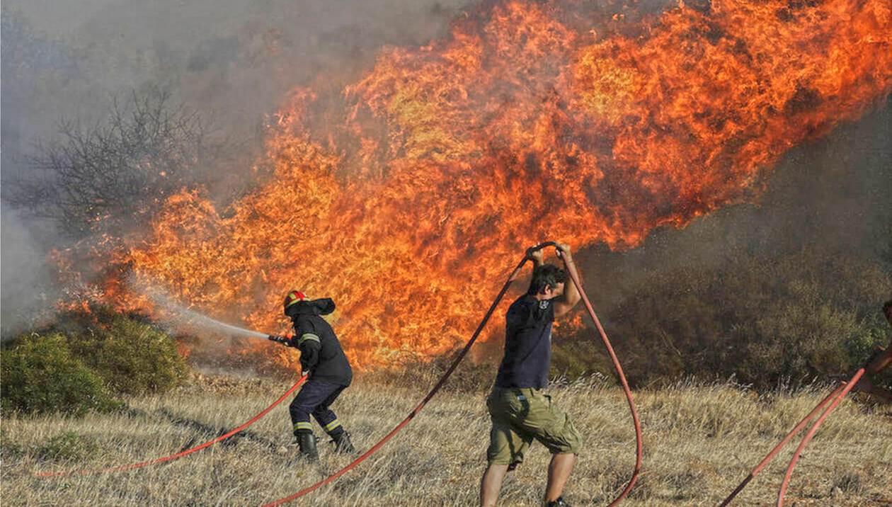 Φωτιά στο Ρέθυμνο με «εχθρό» τους θυελλώδεις ανέμους