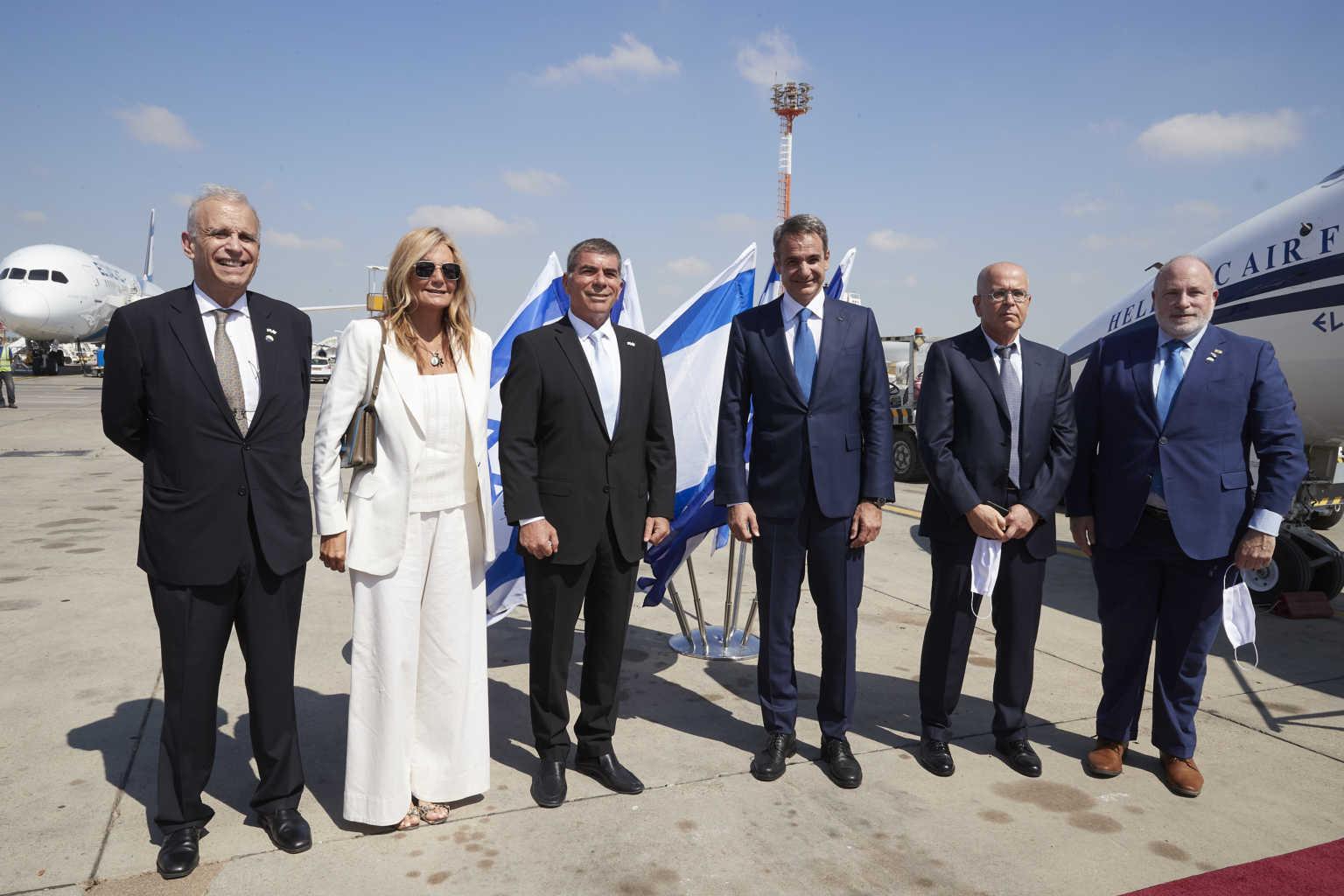 Στο Ισραήλ ο πρωθυπουργός – Η λεπτομέρεια στην μάσκα που φορούσε