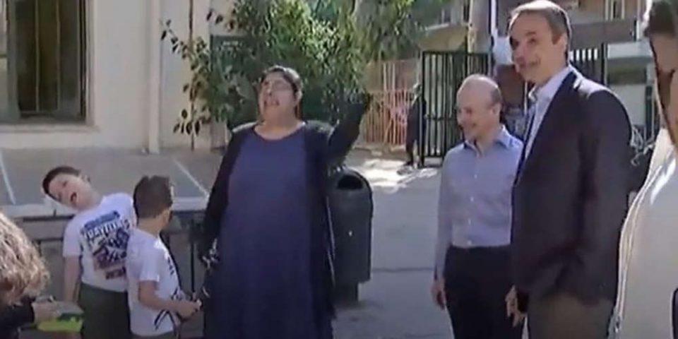 Του είπαν ότι μιλά με τον πρωθυπουργό και… λιποθύμησε – Επική η αντίδραση μαθητή στην παρουσία Μητσοτάκη