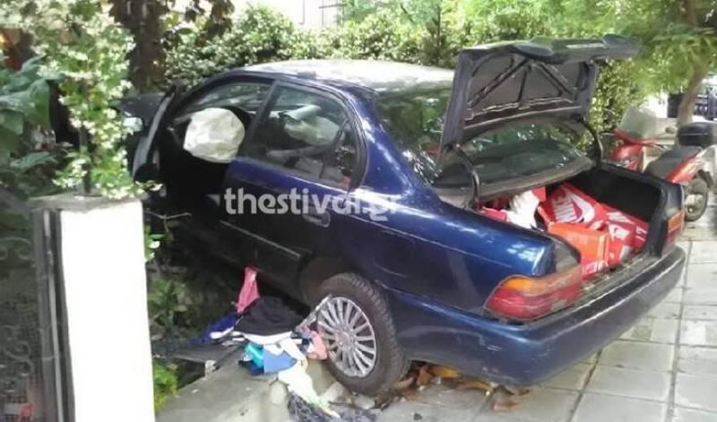 Θεσσαλονίκη: Αυτοκίνητο κατέληξε σε αυλή σπιτιών έπειτα από καταδίωξη