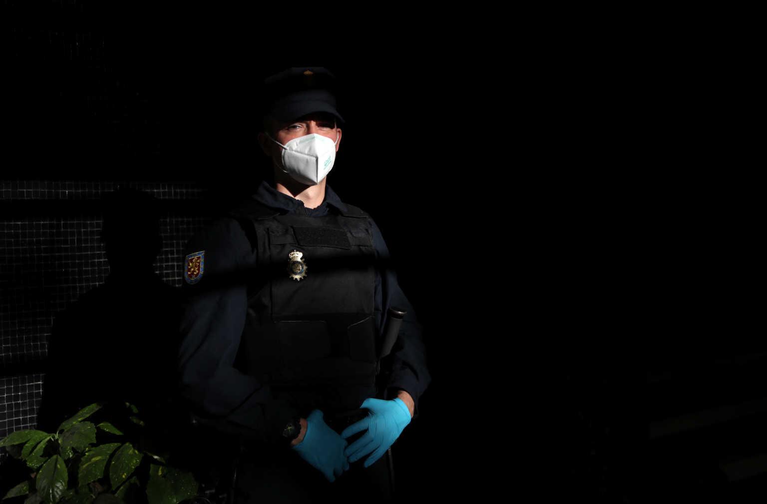 Πορνοστάρ κατηγορείται για τον θάνατο φωτογράφου – Εισέπνευσε δηλητήριο βατράχου σε «θεραπευτική» τελετή