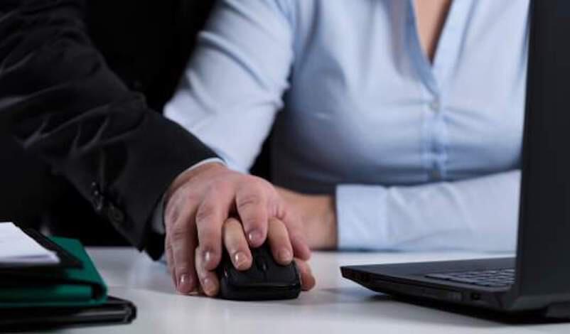 Μήνυσε τον εργοδότη της για σεξουαλική παρενόχληση