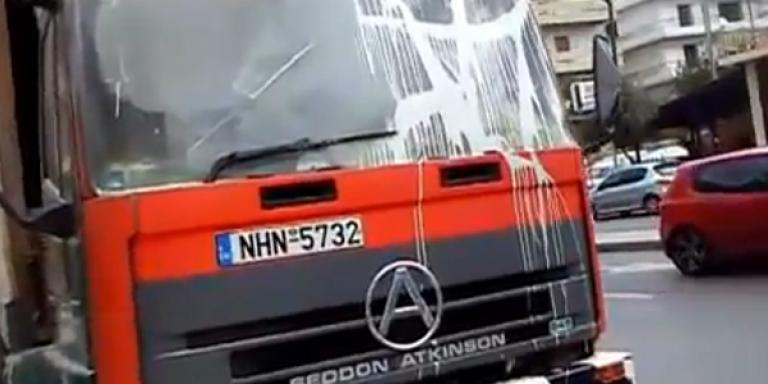 Μάχη με μολότοφ στους δρόμους για τα σκουπίδια [βίντεο]