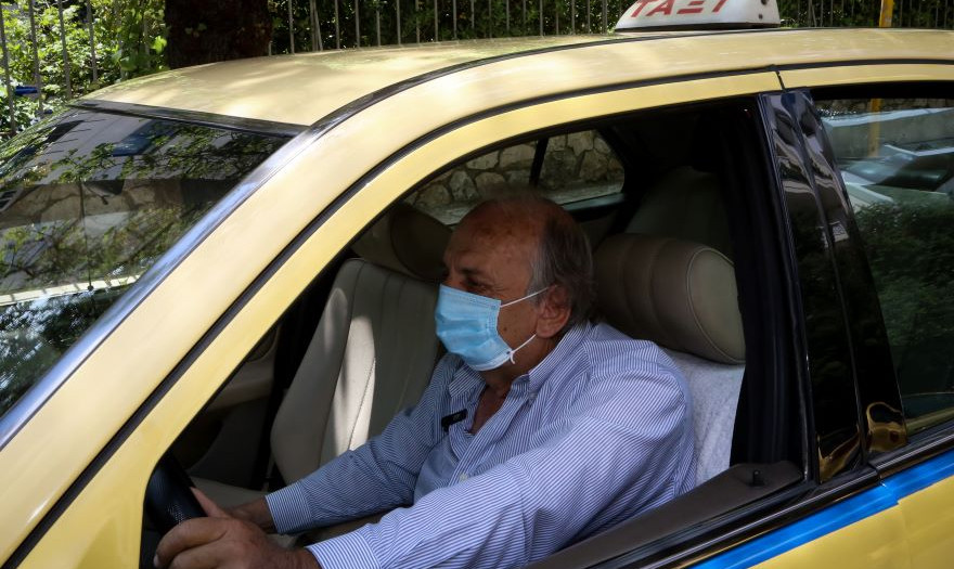 Νέα ΚΥΑ: Αλλάζει ο αριθμός επιβατών για ΙΧ, ταξί και βαν – Τι ισχύει για μάσκες και πρόστιμα