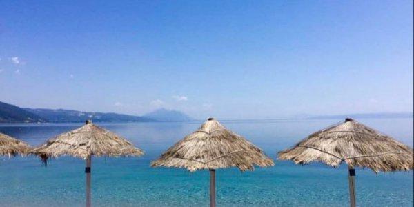 Ξεχασμένη από τους κοσμοπολίτες: Η παραλία με τα πιο ζεστά νερά στην Ελλάδα που κάνεις μπάνιο μέχρι τα τέλη Νοέμβρη