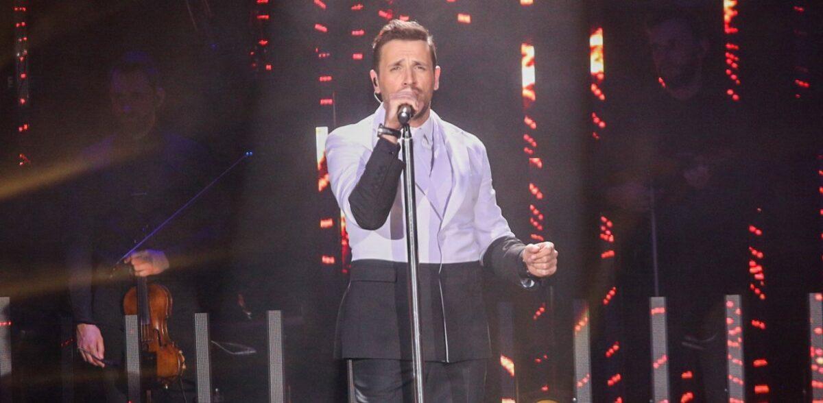 Νίκος Βέρτης: Σουίτες με μπάτλερ και ντουζιέρες στο κέντρο που τραγουδάει