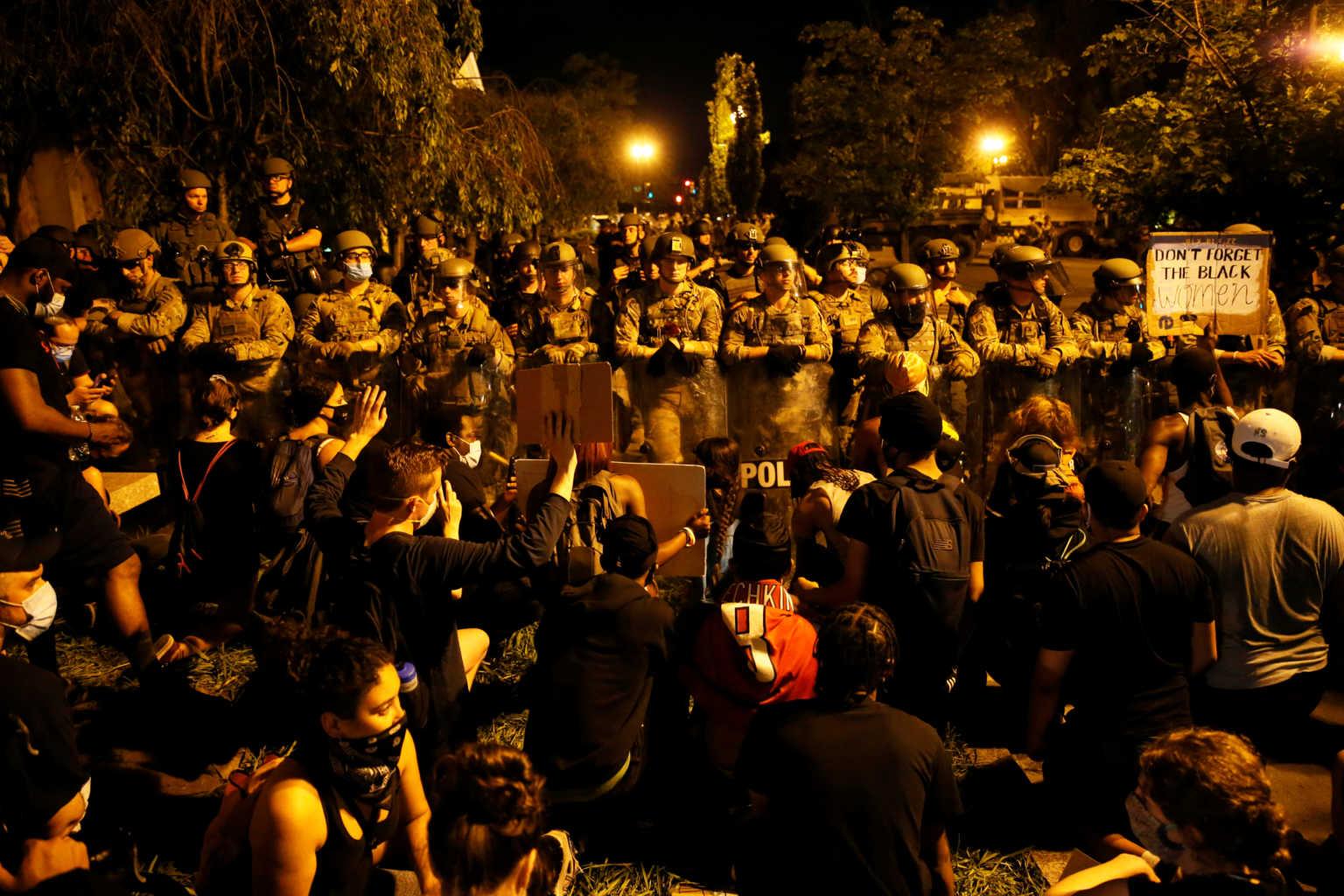 ΗΠΑ: Άλλο ένα βράδυ μαζικών διαδηλώσεων – Τα… μαζεύει ο Τραμπ: Δεν θα βγει στρατός στους δρόμους (video)