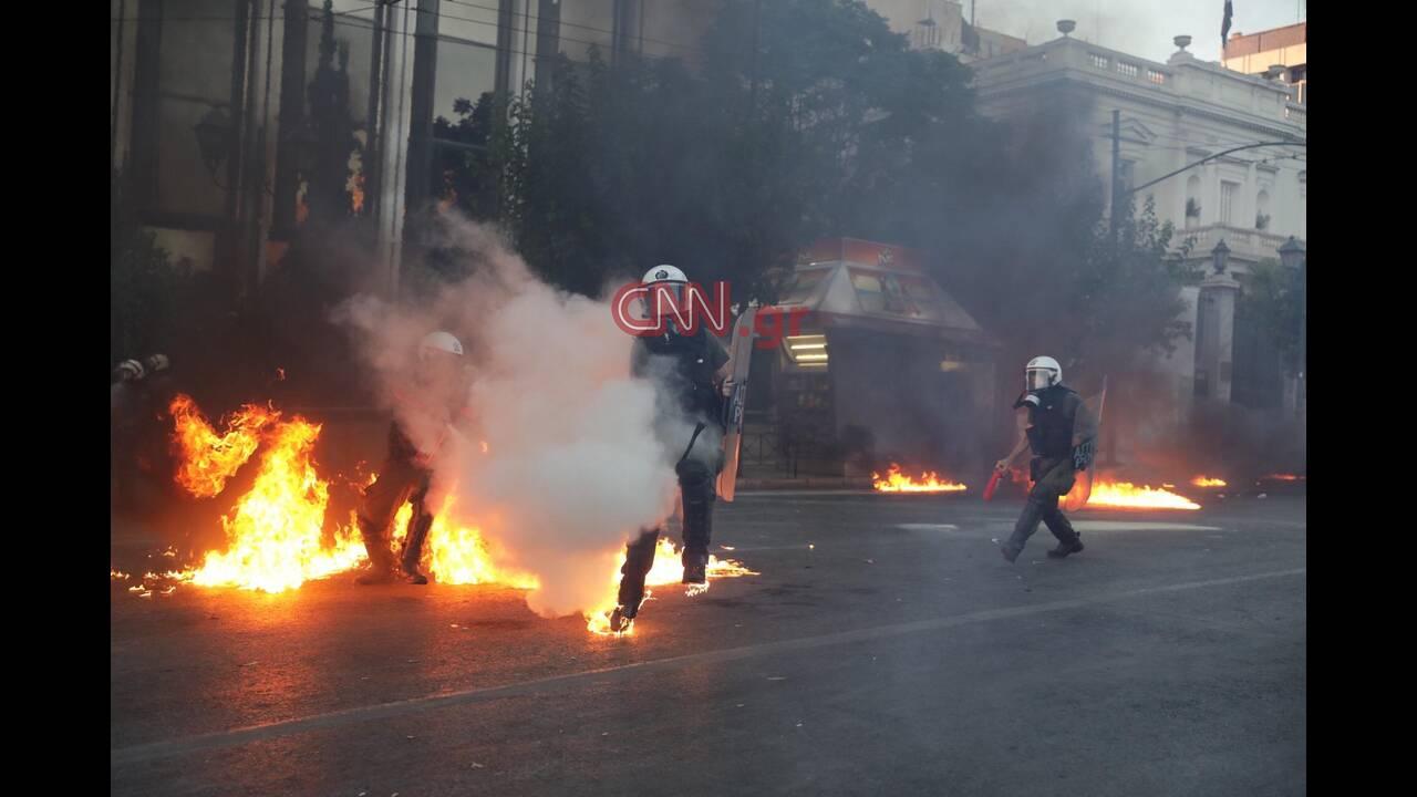 Επεισόδια στο Σύνταγμα: Εννέα συλλήψεις και τρεις τραυματίες αστυνομικοί