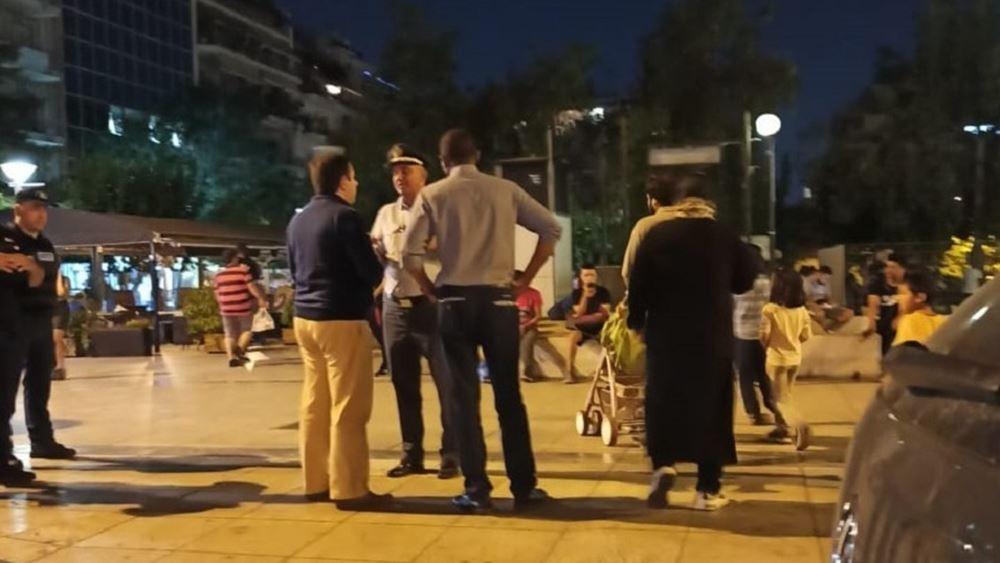 Στην Πλατεία Βικτωρίας ο Ν. Μηταράκης – Παρακολούθησε την επιχείρηση μεταφοράς προσφύγων σε ασφαλή καταλύματα