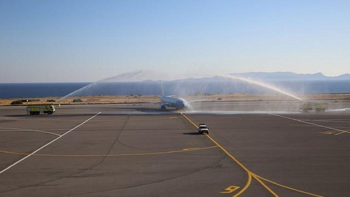 Τουρισμός: Θερμή υποδοχή των πρώτων πτήσεων - Με λύρες, υδάτινες αψίδες και μάσκες - ΦΩΤΟ