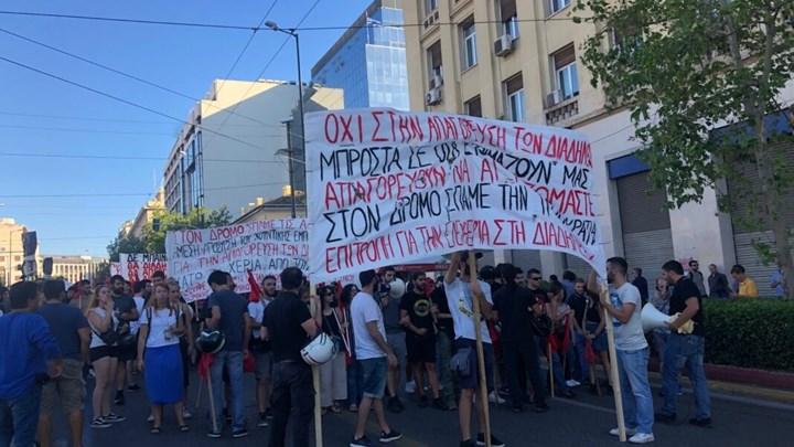 Κινητοποιήσεις στην Αθήνα ενάντια στο νομοσχέδιο για τις συγκεντρώσεις – Κλειστό το κέντρο – ΒΙΝΤΕΟ