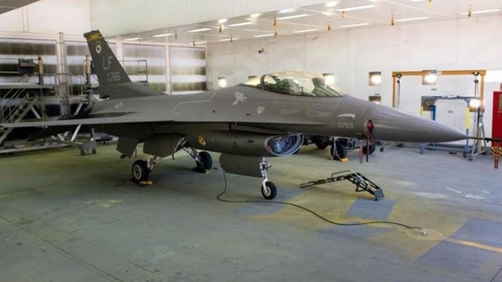 F-16 με… κοστούμι από F-35