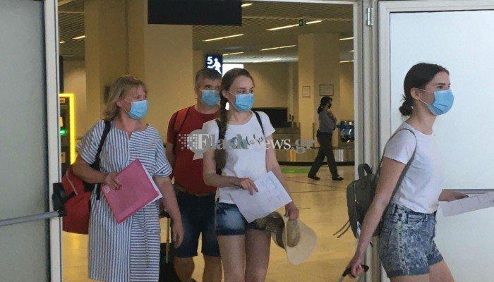 Έφθασαν οι πρώτοι τουρίστες στο αεροδρόμιο των Χανίων (φωτο – βίντεο)