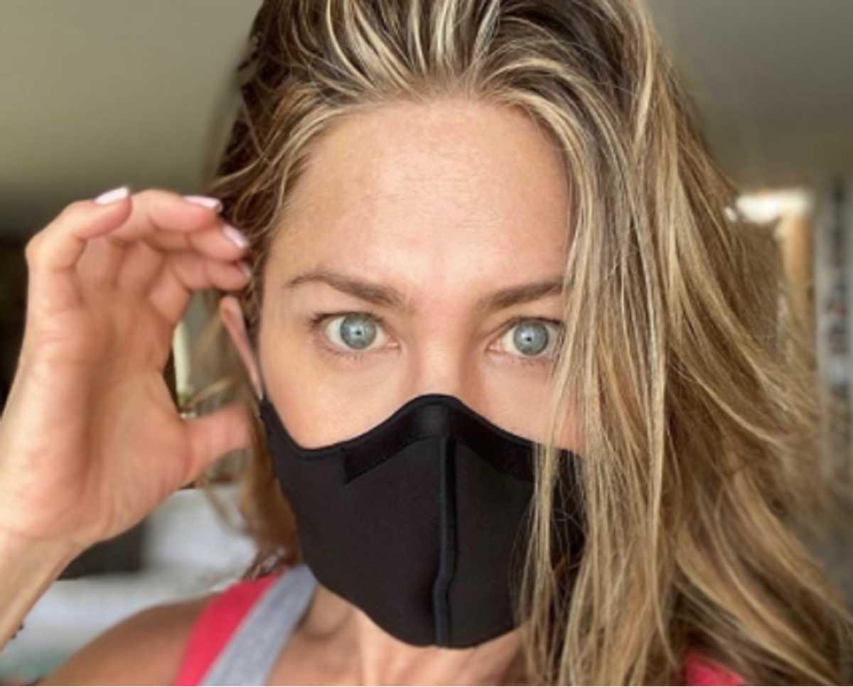 Η Τζένιφερ Άνιστον ξεσπά: «Φορέστε την γ@μ@μ@νη την μάσκα!»