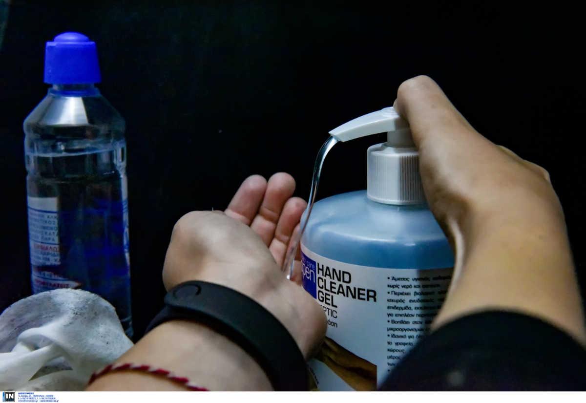 """Κορονοϊός: Σχεδόν τα μισά κρούσματα μολύνονται από ασυμπτωματικούς φορείς – Πώς βλάπτει """"αθόρυβα"""" τον οργανισμό"""