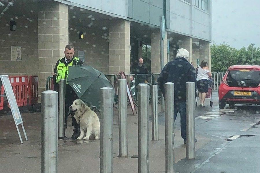 Ο σεκιουριτάς και ο σκύλος που έγιναν παγκόσμιο viral