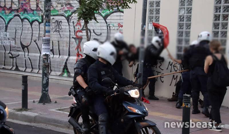 Ένταση με αστυνομικούς και διαδηλωτές έξω από την ΑΣΟΕΕ