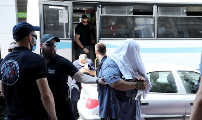 Κύκλωμα εκβιαστών στον Πειραιά: Οι απειλές με τα οστεοφυλάκια, οι εμπρησμοί και ο «θείος»