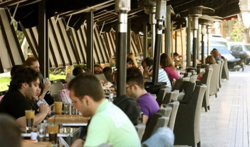 Άρση μέτρων: Καταργείται το όριο των 6 ατόμων ανά τραπέζι σε καφέ και εστιατόρια