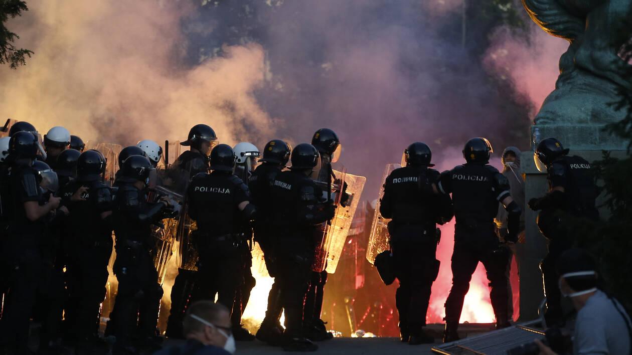 Κορωνοϊός – Σερβία: Δεύτερη νύχτα διαδηλώσεων και επεισοδίων έξω από το κοινοβούλιο